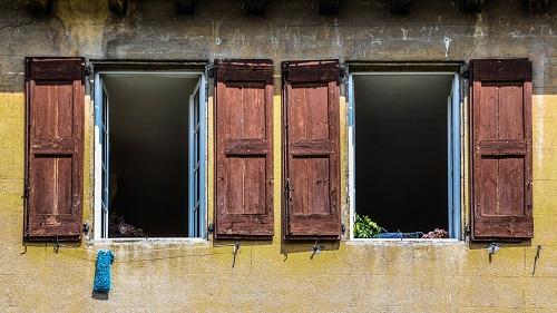 Maison aux fenêtres ouvertes