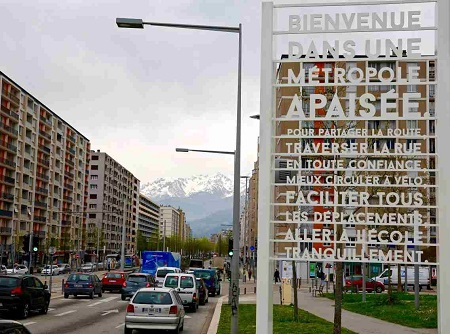 panneau annonçant la zone apaisée à l'entrée de ville