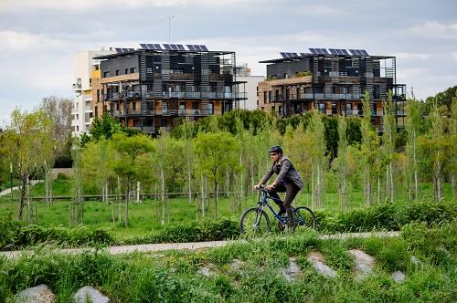 Cycliste dans l'EcoQuartier Marianne à Montpellier