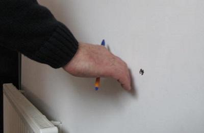 Exemple de fuite par le percement d'une cheville dans un mur