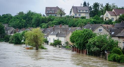 Inondations à nemours : habitations avec 1 mètre d'eau dans une rue