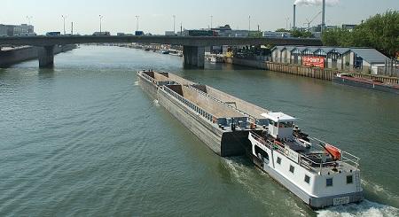 Péniche du port de Paris sur la Seine