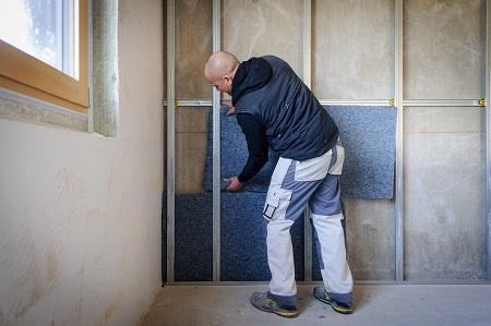 artisan mettant des panneaux d'isolation