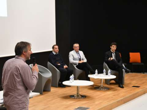 personnes assises - table ronde